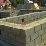 Блочный фундамент большого дома из бревна