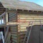 Реализованный сруб дома с балконом