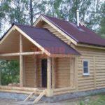 Реализованный сруб дом с красивой верандой