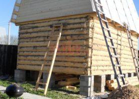 Сруб бани 4 на 4 с ломаной мансардной крышей