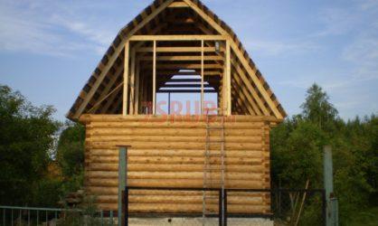 Сруб бани 5 на 5 с ломаной мансардной крышей
